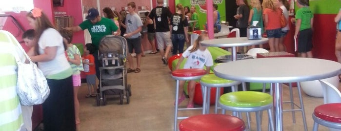 CherryBerry Yogurt Bar is one of Lieux qui ont plu à Kayla.