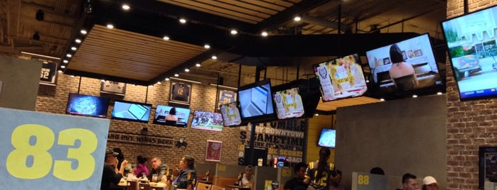 Buffalo Wild Wings is one of Tempat yang Disukai Ursula.