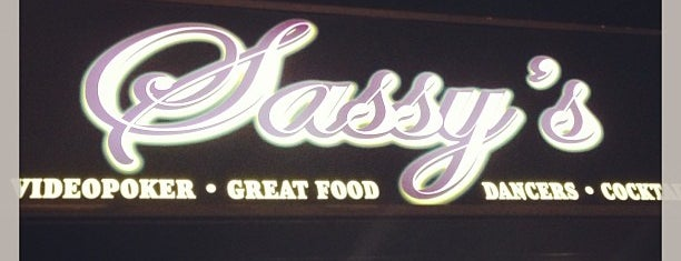 Sassy's Bar and Grill is one of Adam'ın Kaydettiği Mekanlar.