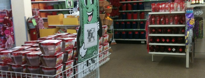 Dollar Tree is one of Avelinoさんのお気に入りスポット.