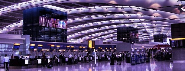 Aeropuerto de Londres-Heathrow (LHR) is one of Lugares favoritos de Marcia.