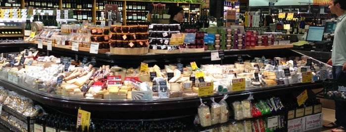 Whole Foods Market is one of Lugares favoritos de Greg.