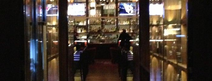 OneUP Restaurant & Lounge is one of สถานที่ที่ Denis ถูกใจ.