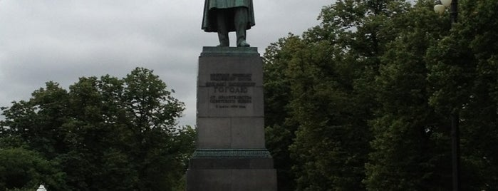 Памятник Н. В. Гоголю is one of สถานที่ที่ JiYoung ถูกใจ.