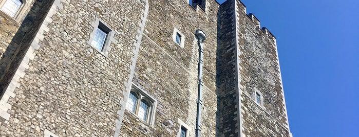 Castillo de Dover is one of Lugares favoritos de Sharon.