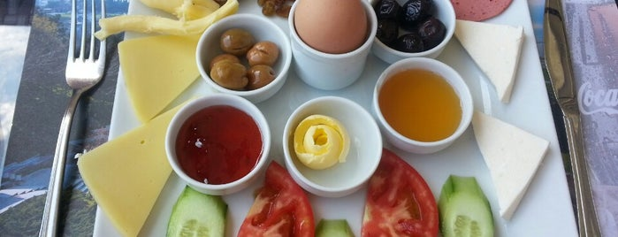Amisos Cafe & Restaurant is one of Baharın tadına demli bir çayla varın.