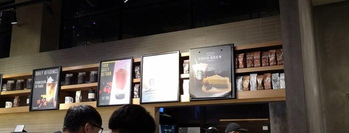 Starbucks is one of Lieux sauvegardés par Alisa.