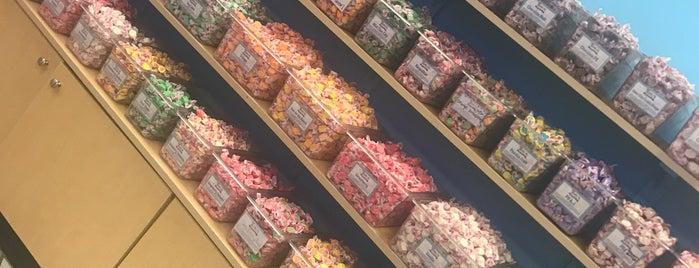 Zeno's Boardwalk Sweet Shop is one of Lieux sauvegardés par Maria.