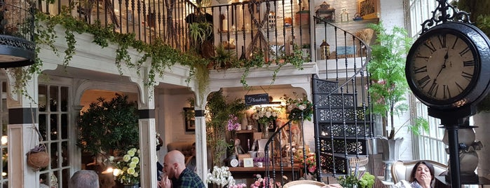 Salón des Fleurs is one of Café Madrid.