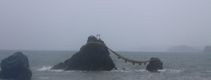 夫婦岩 is one of Lugares favoritos de Yutaka.