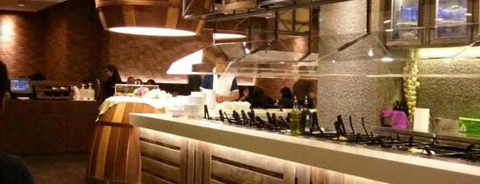 Astons Steak & Salad is one of 冰淇淋 님이 좋아한 장소.