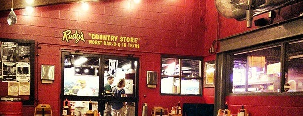 Rudy's Country Store & Bar-B-Q is one of Lieux sauvegardés par Nelly.