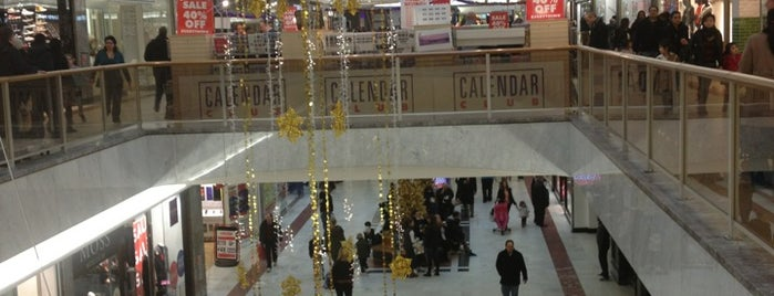 Brent Cross Shopping Centre is one of Tempat yang Disukai Dafydd.