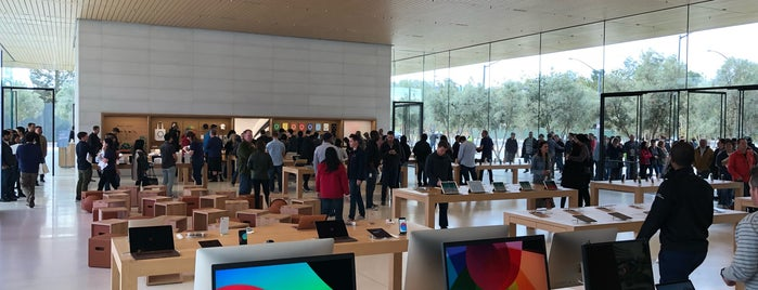 Apple Park Visitor Center is one of Lieux qui ont plu à Alden.