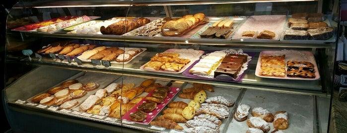 Dream Pastries Cafe is one of Lindsey'in Beğendiği Mekanlar.