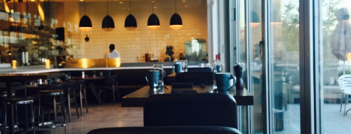 Outlook Kitchen and Bar is one of สถานที่ที่ Senator ถูกใจ.