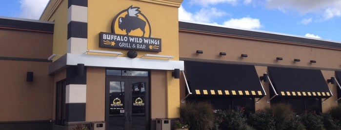 Buffalo Wild Wings is one of Locais curtidos por Alex.