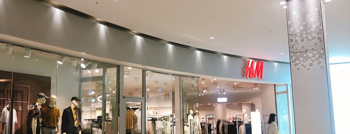 H&M is one of สถานที่ที่ Masahiro ถูกใจ.