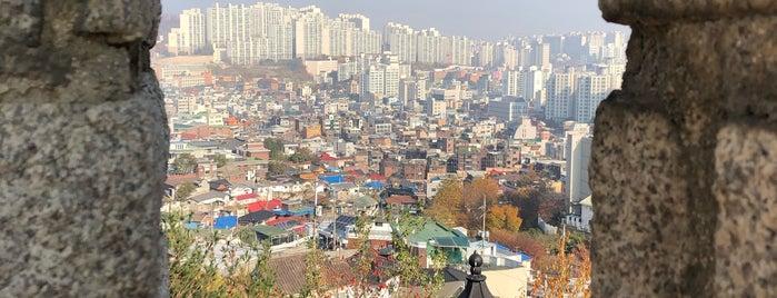 서울성곽 is one of ㅅㅇ 쇼핑. 스킨케어. 문화..