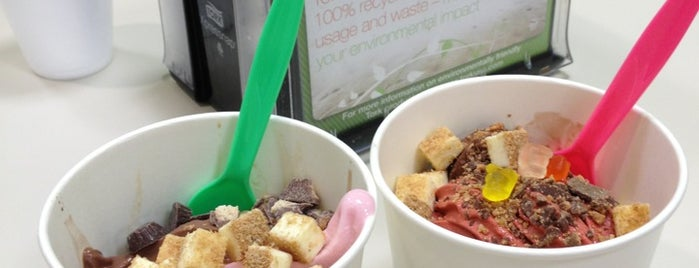 Froyo Zone is one of Lieux qui ont plu à Robyn.