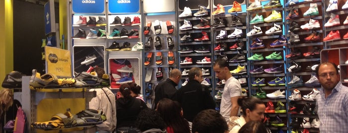 Champs Sports is one of Tempat yang Disukai Mike.