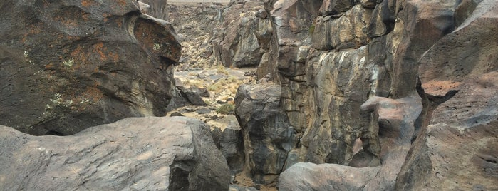 Fossil Falls is one of สถานที่ที่บันทึกไว้ของ Alison.