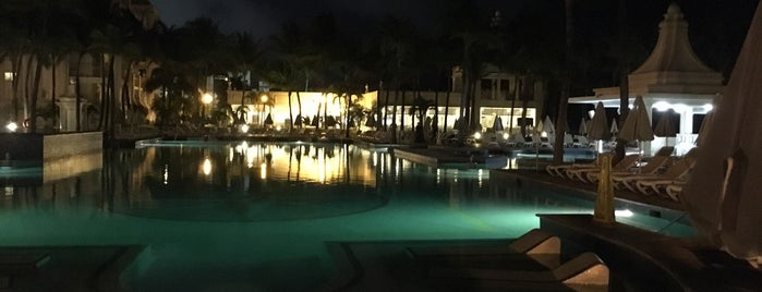 Swimming pool Riu Palace is one of Lieux qui ont plu à Jorge.
