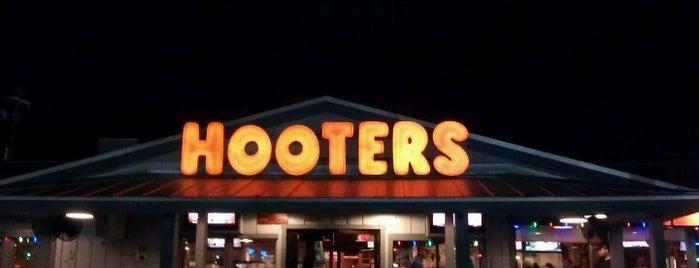 Hooters is one of Lugares favoritos de Ben.