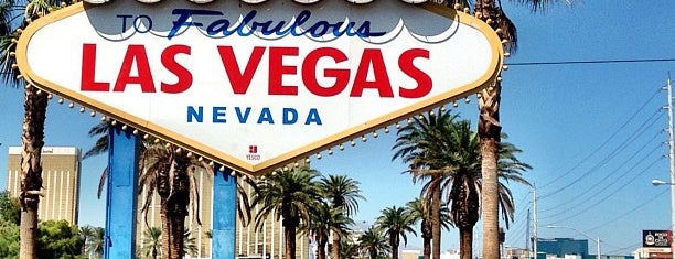 Welcome To Fabulous Las Vegas Sign is one of Tempat yang Disukai Arizbeth.