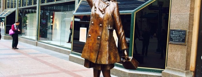 Mary Tyler Moore Statue is one of Lugares favoritos de Rich.