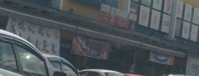 Family Store Rembau is one of Posti che sono piaciuti a Yatie.