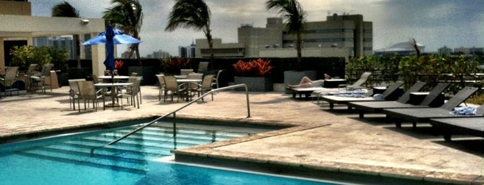 Hilton Hotel Rooftop Pool is one of Locais salvos de Mary.