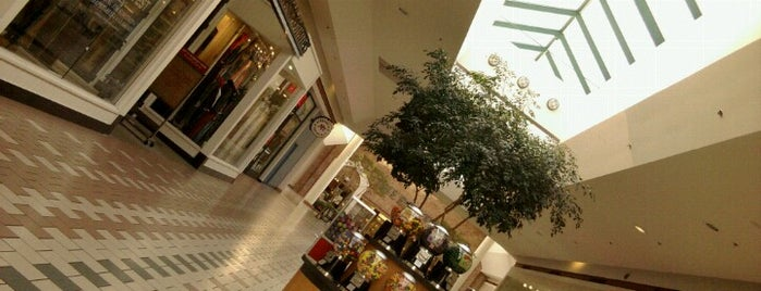 Wilton Mall is one of Posti che sono piaciuti a Karen.