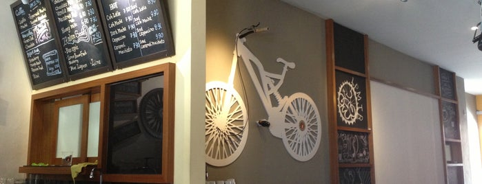 Arnold Cycling Cafe is one of Tempat yang Disukai Alyssa.