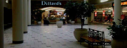 Dillard's is one of Lugares favoritos de Annette.