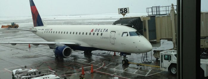 Delta Airlines is one of Tempat yang Disukai Kelly.
