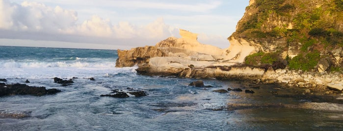 Kapurpurawan Limestone Formation and Coral Beach is one of Orte, die Christian gefallen.