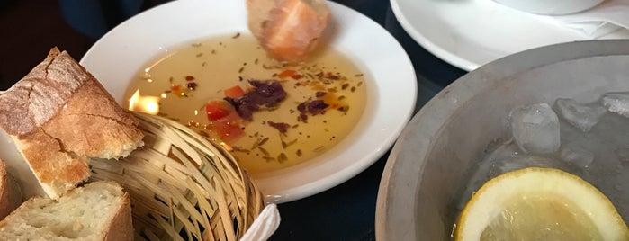 Coasters Seafood Grill is one of Lieux sauvegardés par Christie.