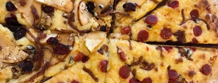 Moon Cheese Pizza is one of Posti che sono piaciuti a Bri.