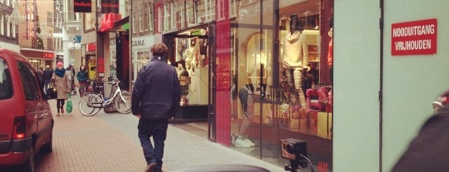 H&M is one of Amsterdam○○.