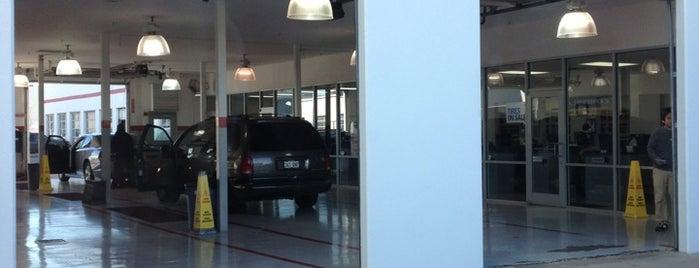 Huffines Chrysler Jeep-Dodge is one of สถานที่ที่ Earl ถูกใจ.