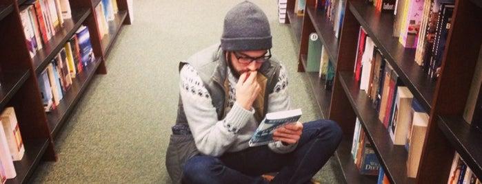 Barnes & Noble is one of Lugares favoritos de Tiona.