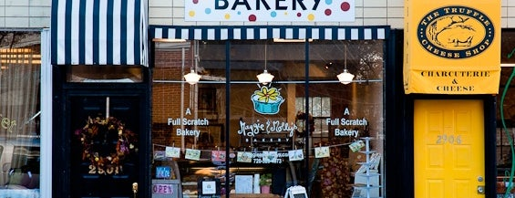 Maggie & Molly's Bakery is one of The Amazing Batgirl 님이 저장한 장소.