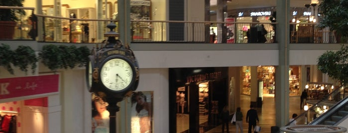Beachwood Place Mall is one of Posti che sono piaciuti a John.