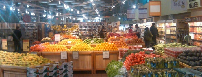 Whole Foods Market is one of Locais salvos de Julina.