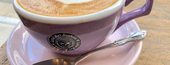 Latte Art Junkies Roasting Shop 鞍馬口焙煎工場 is one of Lugares guardados de Harika.