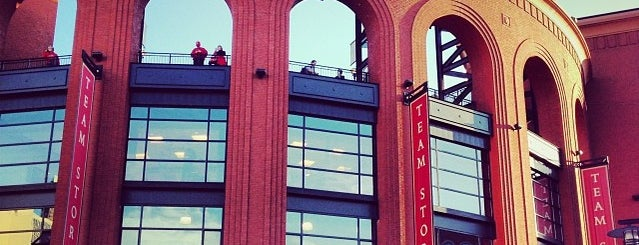 Busch Stadium is one of Meus lugares.