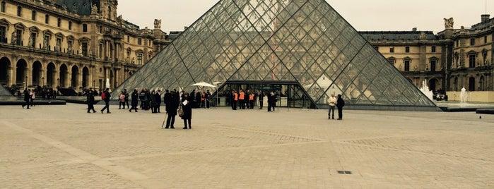 Pirámide del Museo del Louvre is one of Lugares favoritos de Βεrκ.