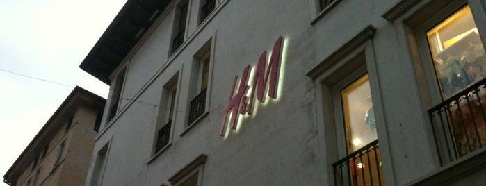 H&M is one of Orte, die Yunus gefallen.