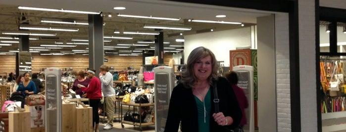 DSW Designer Shoe Warehouse is one of สถานที่ที่ Joseph ถูกใจ.